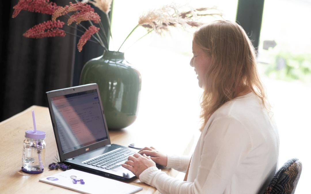 copywriting - rimke achter de laptop